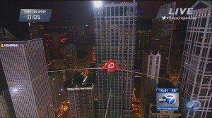 Usa: il funambolo Nik Wallenda cammina bendato su un filo d'acciaio tra i grattaceli di Chicago