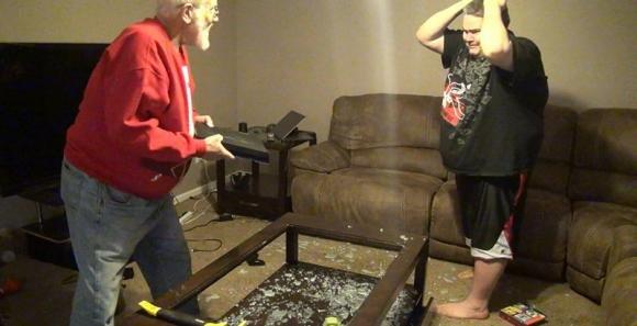 Un nonno si infuria e distrugge completamente una PlayStation 4