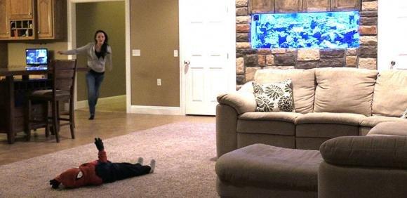 Usa: uomo finge di lanciare il figlio dalle scale per fare uno scherzo alla moglie