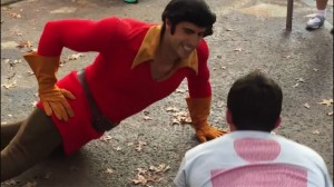 Sfida Gaston a DisneyWorld ad una gara di flessioni. Il video diventa virale