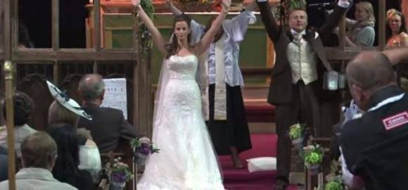 Guardate cosa succede durante il matrimonio… esilarante!
