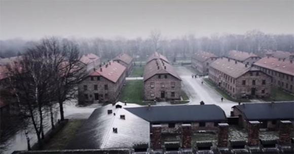 Il volo del drone sopra il campo di concentramento di Auschwitz