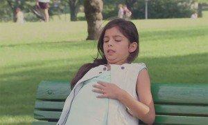 """Bambina di 10 anni incinta al parco, ma quando arriva il """"marito"""" rimangono tutti a bocca aperta…"""