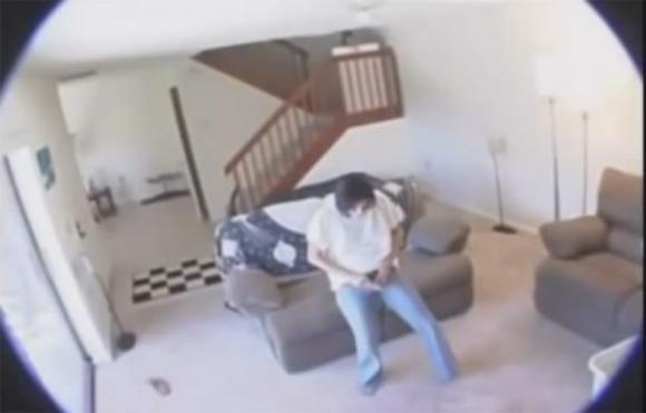 Nasconde una videocamera pensando che la moglie abbia un amante, ma non immagina nemmeno ciò che scoprirà!