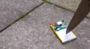 Perfora la batteria dello smartphone con un coltello, il risultato è… esplosivo!