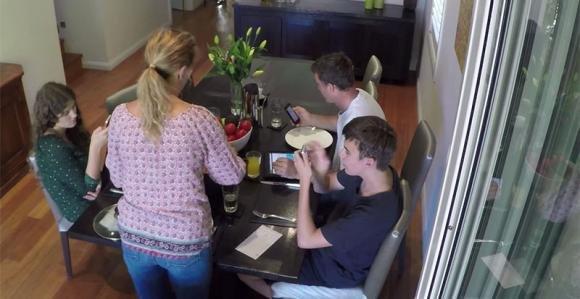 I figli usano il cellulare a tavola, ma la mamma ha un trucco geniale