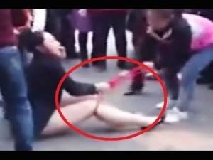 Cina: amante picchiata in strada dalle mogli inferocite. Ecco il VIDEO del pestaggio