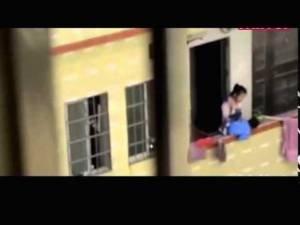 Cina: tiene il figlio per una gamba dal 17° piano. Guarda il VIDEO dell'assurda punizione