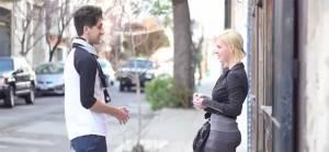Questo ragazzo ferma delle giovani per strada e le bacia. Ecco le loro reazioni