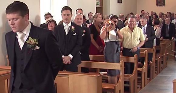 Ecco come questo sposo accoglie in chiesa la sua futura moglie. Davvero commovente