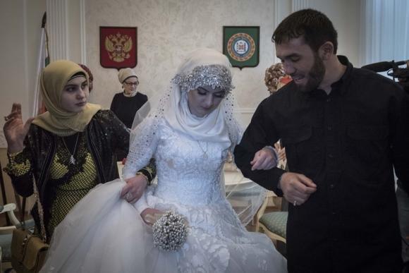 Cecenia: costretta al matrimonio a 17 anni, caso nazionale