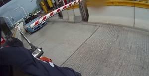 Un motociclista viene fermato al casello. Dei poliziotti lo avvicinano ed ecco cosa gli dicono