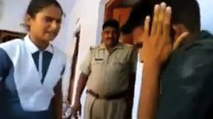 """Video dall'India, ragazza pesta stalker: """"E ora baciami i piedi"""""""