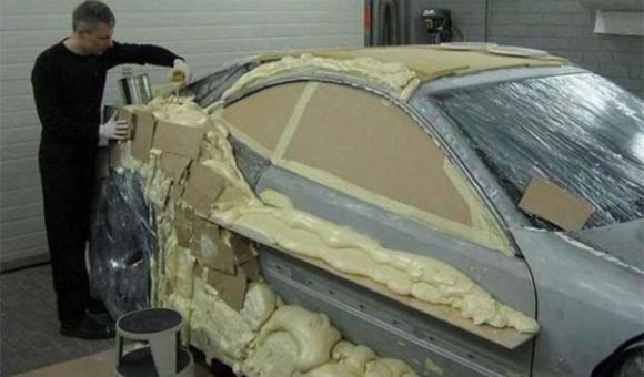 Ricopre la sua auto con della schiuma di poliuretano. Ecco il risultato