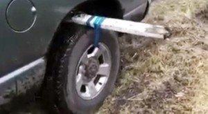 Vi è mai capitato di rimanere bloccati nel fango con la macchina? Ecco un trucco geniale