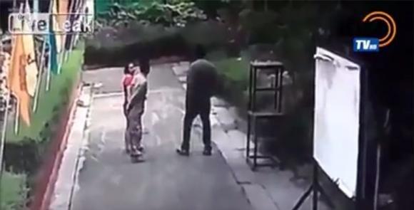 Uomo sfigura la moglie con l'acido di fronte alla figlia