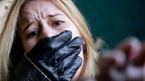 La rapiscono, ma lei fugge buttandosi dal veicolo in corsa: il VIDEO