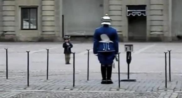 Bambino imita una Guardia Reale. Ecco la sua reazione