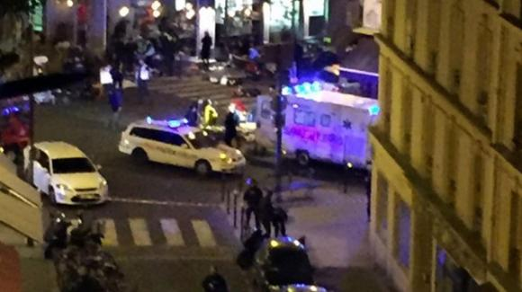 Parigi sotto assedio: tre attentati in pochi minuti. 30 morti e 60 ostaggi