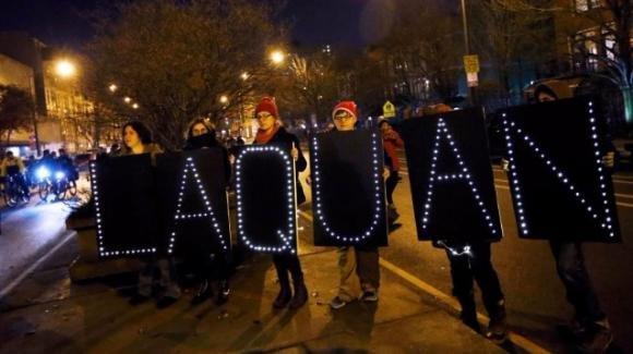 Chicago: spunta il video shock dell'agente che uccise 17enne nero. Proteste in piazza