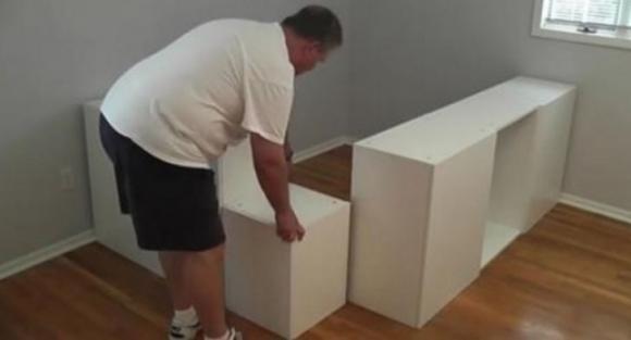 Papà acquista degli scaffali all'Ikea. Ecco cosa crea