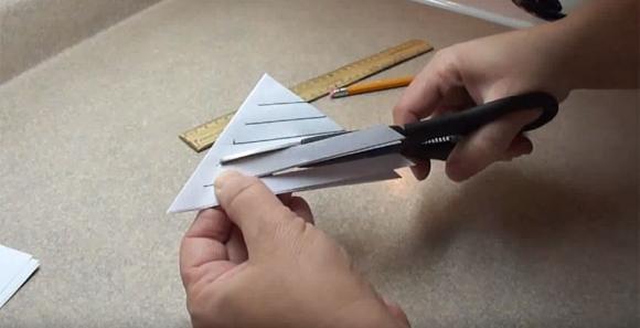 Ecco come creare una decorazione tagliando della carta