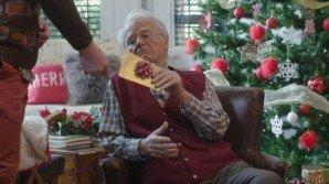 """Lo spot natalizio col nonno che riceve un regalo in stile """"PornHub"""""""