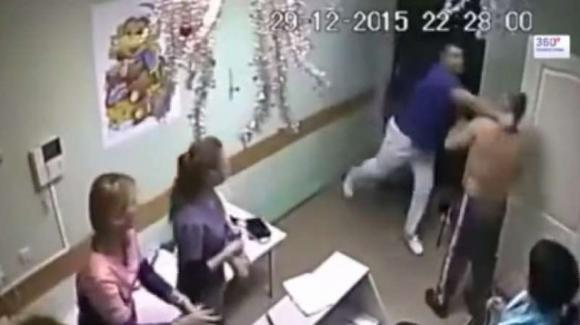 Medico russo colpisce a pugni un paziente che cade a terra e muore