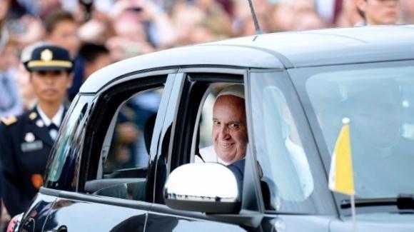 La Fiat 500L usata dal Papa negli USA verrà venduta per beneficenza
