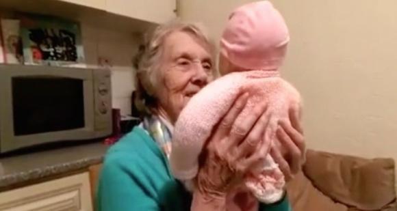 Nipote regala un bambolotto alla nonna. Non immaginerete mai il motivo