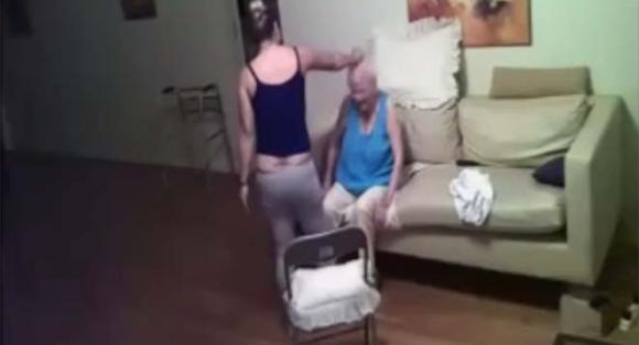 Badante prende a schiaffi e pugni un'anziana malata di Alzheimer