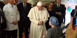 Ragazza malata di cancro canta l'Ave Maria davanti a Papa Francesco. Da brividi