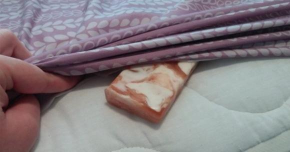 Mette una saponetta sotto le lenzuola. Quando scoprirete ...