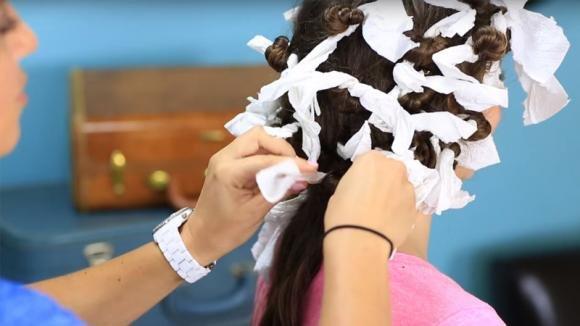Ecco come ottenere dei ricci perfetti con dei tovaglioli di carta. Incredibile!