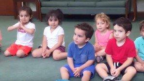 La maestra dice ai bambini di battere le mani. Quello che fa il piccolo con la maglietta blu è incredibile!