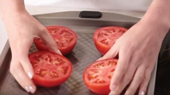 Taglia a metà dei pomodori. Quello che crea è da leccarsi i baffi!