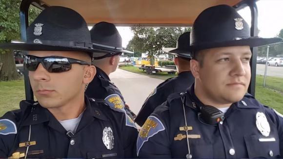 Quattro poliziotti sono in servizio. Quando inizia la musica non riuscirai a smettere di ridere