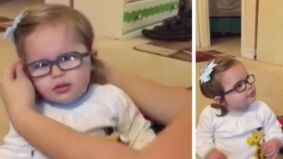 Bimba di 16 mesi mette gli occhiali per la prima volta. Ecco la sua reazione