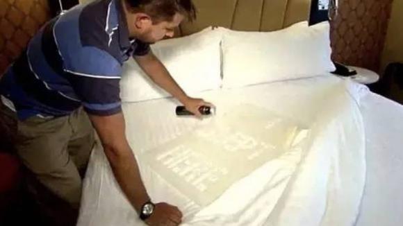 Siete sicuri che gli alberghi cambino le lenzuola ad ogni nuovo cliente? Ecco la verità