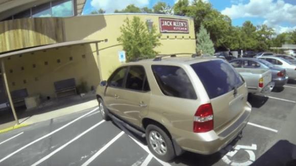 Parcheggia nel posto riservato ai disabili. Ecco cosa accade quando si avvicina questo pullman