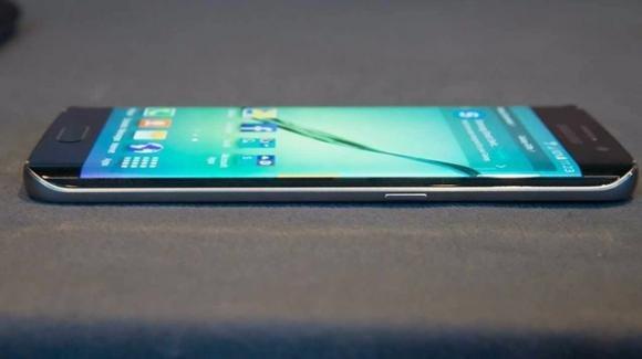 Galaxy S8, due anime, tanta memoria, ricchi accessori, e non solo