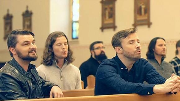 Sei uomini cantano in una chiesa vuota. La loro canzone è da brividi
