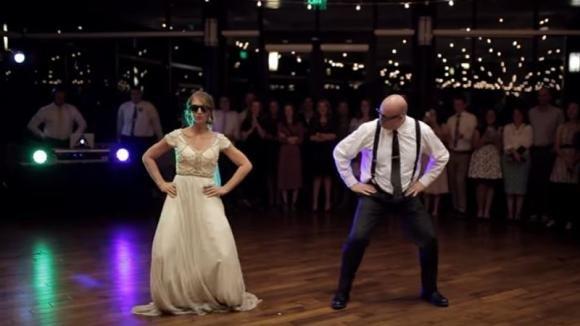 Padre e figlia ballano durante il banchetto di nozze. La loro esibizione è travolgente!