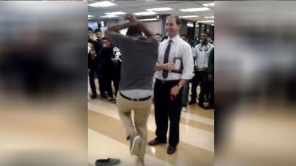Sfida il professore a ballare. Ecco cosa accade poco dopo