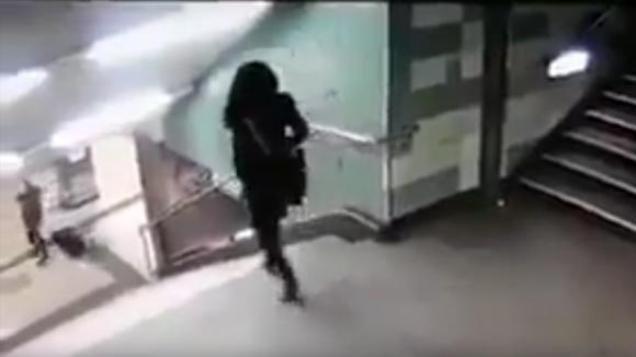 Una ragazza sta scendendo le scale della metro. Ecco il folle gesto alle sue spalle