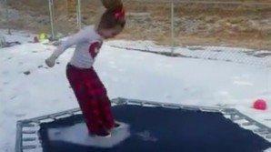 Salta sul tappeto elastico ghiacciato. Ecco cosa accade