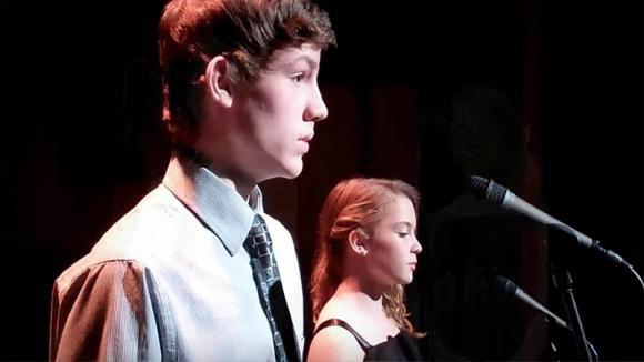 """Due bambini timidi salgono sul palco. Poi prendono fiato ed iniziano a cantare """"The prayer"""""""