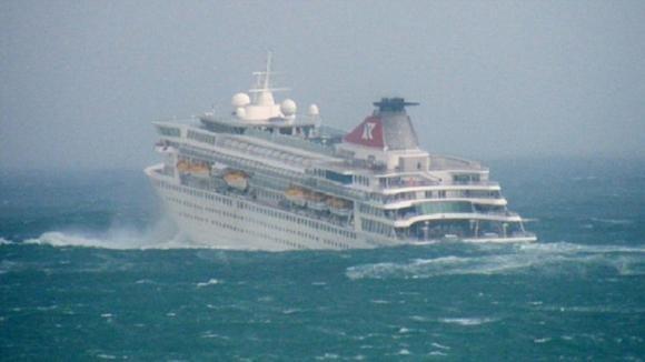 Il mare è in tempesta: ecco cosa succede dentro la nave da crociera