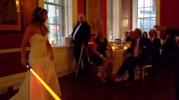 E' il momento del classico ballo di nozze. Questa coppia, però, fa qualcosa che nessuno ha mai visto prima