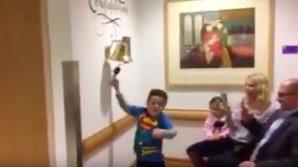 Bimbo suona una campanella in ospedale, il motivo vi commuoverà
